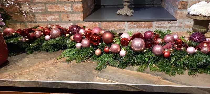 Weihnachtsgirlande mit Weihnachtskugeln und LED-Lichterkette
