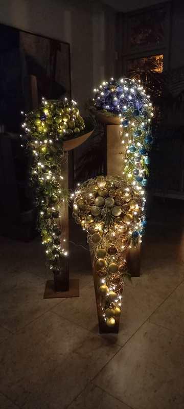 Weihnachtssäulen mit Weihnachtskugel und Lichterkette